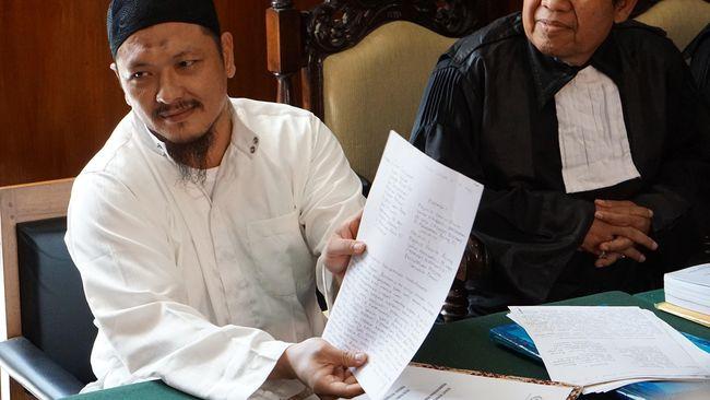 Fredi Budiman (kiri), sebelum dieksekusi saat menjalani persidangan peninjauan kembali di Pengadilan Negeri Cilacap, Jawa Tengah, Rabu (25/5). (ANTARA FOTO/Idhad Zakaria)